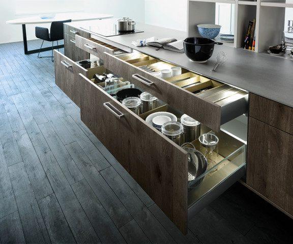 Чем удобны доводчики для дверей в кухонной мебели
